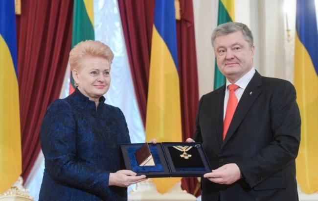 Порошенко вручил Грибаускайте орден Свободы