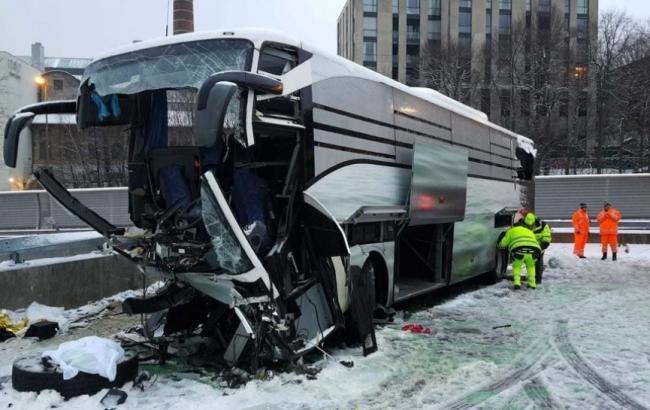 В Швейцарии автобус врезался в стену, есть погибший и раненые