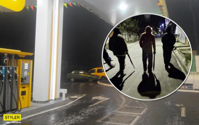 В Киеве банда в масках ограбила заправку (видео)