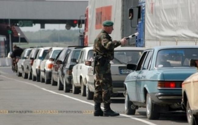Фото: черги з автомобілів на українсько-польському кордоні
