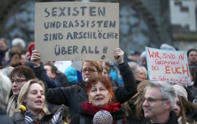 Фото: в Кельне активисты протестуют против нападений на женщин