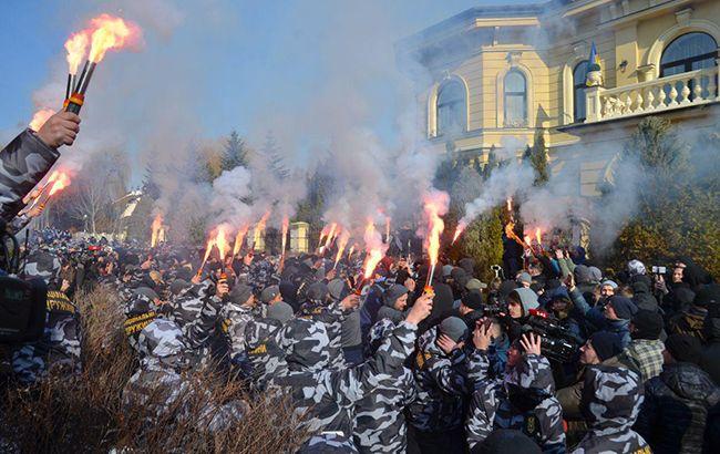 Акція біля будинку Гладковских: активісти кидають петарди