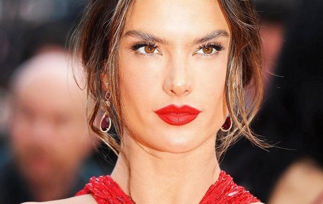 Женщина-вамп: Алессандра Амбросио соблазняет горячими кадрами в пикантном наряде