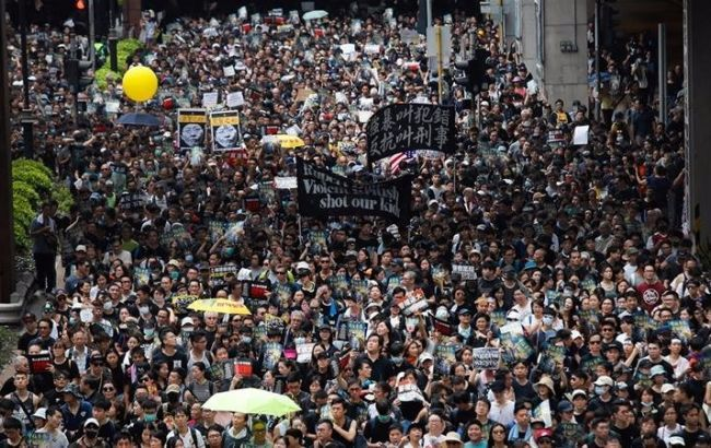 В Гонконге на антиправительственную акцию вышли десятки тысяч людей