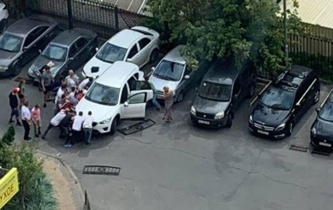 В Киеве автомобиль сбил женщину с ребенком