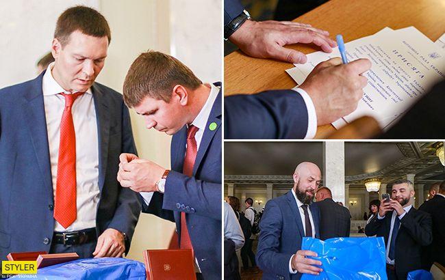 Загадкові сині пакети: що подарували нардепам в перший день роботи (фото)