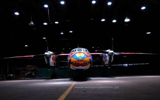 "Аэропорт ""Киев"" украсили арт-самолетом Ан-24"