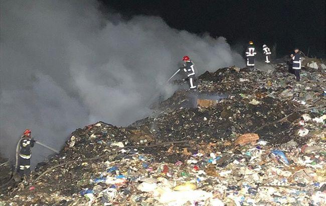 Під Рівним загасили пожежу на сміттєзвалищі