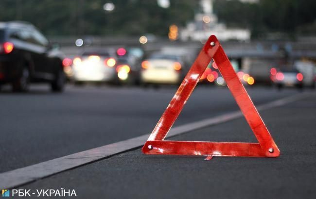 У Києві автомобіль зіткнувся з трамваєм, паралізовано рух