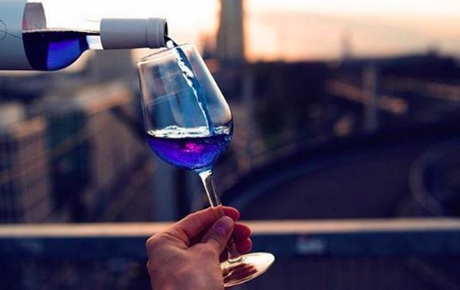 """""""Забудьте про білому і червоному"""": іспанці почали випуск блакитного вина"""