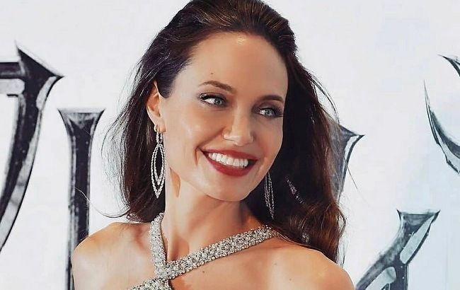 Еталон краси: Анджеліна Джолі підкорила мережу стрункою фігурою в блискучій сукні