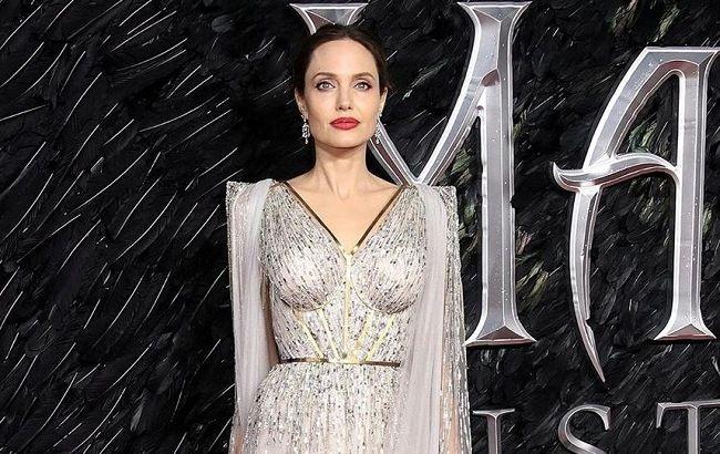 Ще красивіше: Анджеліна Джолі підкорила Лондон розкішним сріблястим нарядом