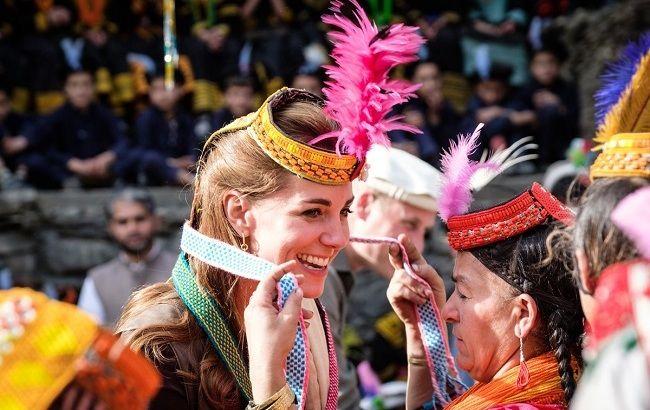 В комфортном наряде и необычном головном уборе: Кейт Миддлтон очаровала горных жителей Пакистана