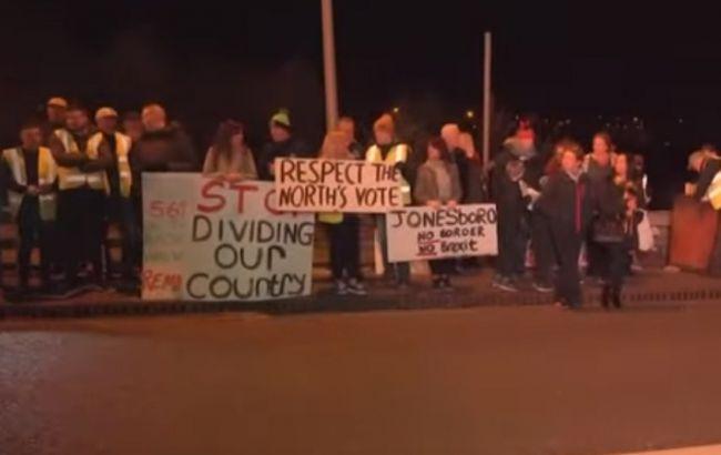 На границе Северной Ирландии собрались демонстранты из-за опасений по поводу Brexit