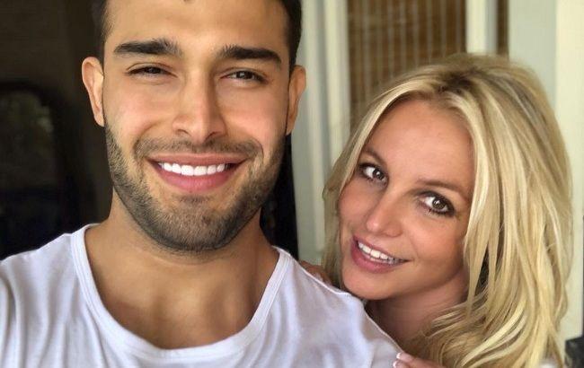 Влюбленные и счастливые: Бритни Спирс засыпала сеть совместными фото с молодым бойфрендом