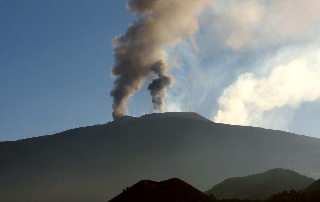 """На вулкане Этна зафиксировали новое извержение: Италия """"закрыла"""" небо"""