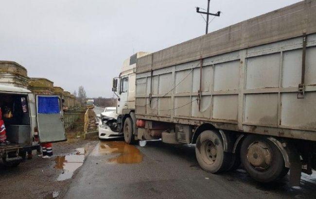 У Донецькій області легковик зіткнувся з вантажівкою, постраждали діти
