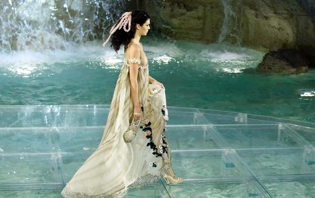 Карл Лагерфельд устроил грандиозный показ в знаменитом римском фонтане