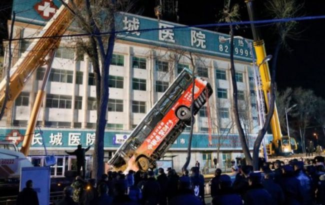 В Китае автобус провалился под асфальт, есть погибшие и пострадавшие