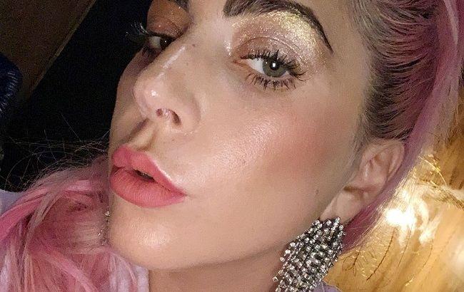 Без бровей и ресниц: Леди Гага удивила странным образом из повседневной жизни