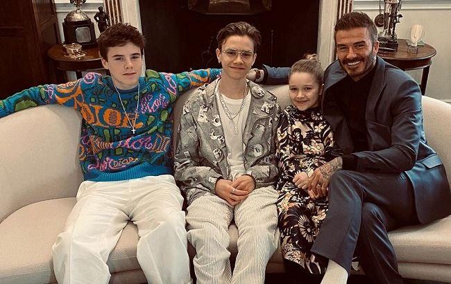 Семейные традиции: Дэвид Бекхэм с детьми трогательно поддержали Викторию Бекхэм на показе