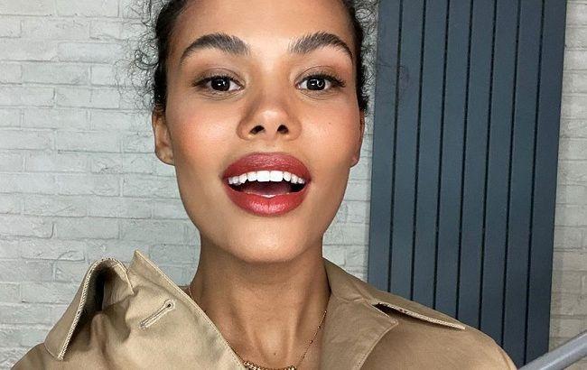 Стильная и сияющая: Тина Кунаки демонстрирует трендовые вещи весны для Elle Италия