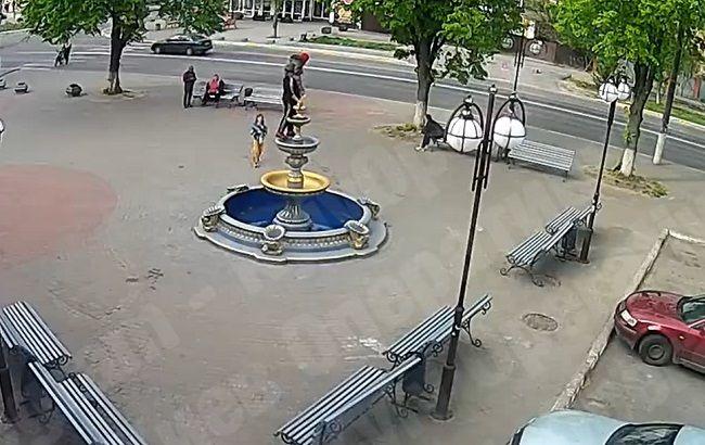 Жінка з дитиною на плечах впала з 3-метрового фонтану: відео НП під Києвом