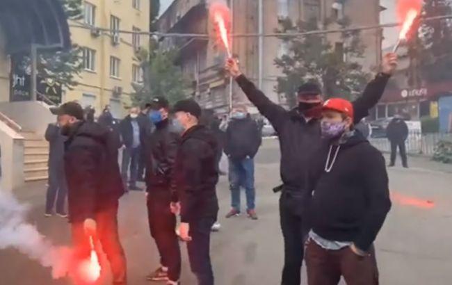 Офис Медведчука в Киеве забросали петардами и дымовыми шашками