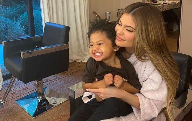 Само умиление: Кайли Дженнер показала новое фото с 2-летней дочерью