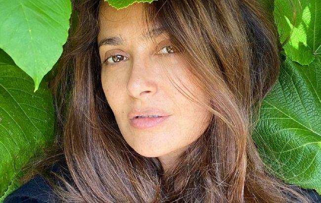 Прекрасна в будь-якому вигляді: Сальма Хайек підкорила мережу сміливим фото без макіяжу і з сивиною у волоссі