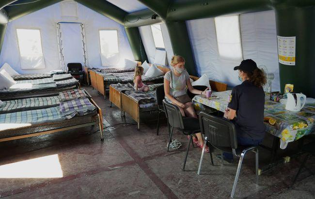 На Донбасі десяткам людей довелося ночувати на пункті пропуску