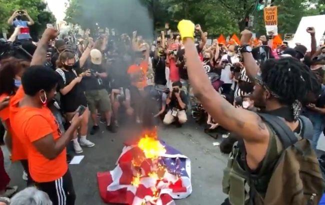 Американские демонстранты сожгли флаг США после выступления Трампа ...