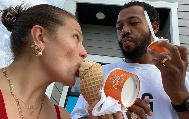 Счастливые и влюбленные: Эшли Грэм засыпала сеть романтичными фото с мужем