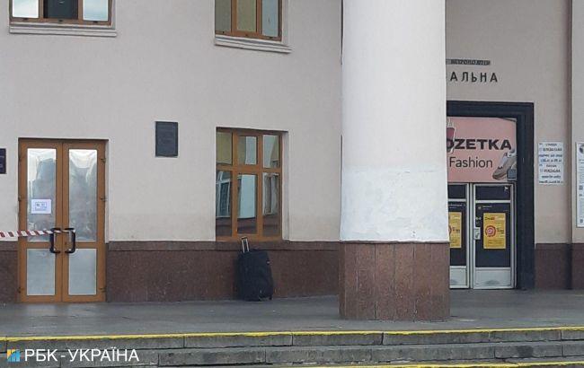У Києві біля вокзалу знайшли підозрілу валізу, станцію метро закрили