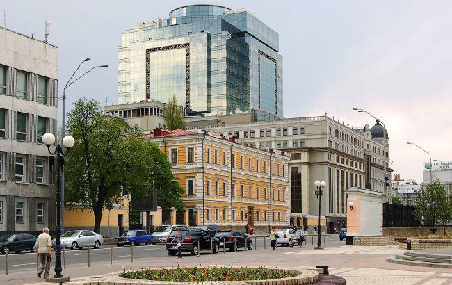 В центре Киева мужчина угрожает взорвать отделение банка