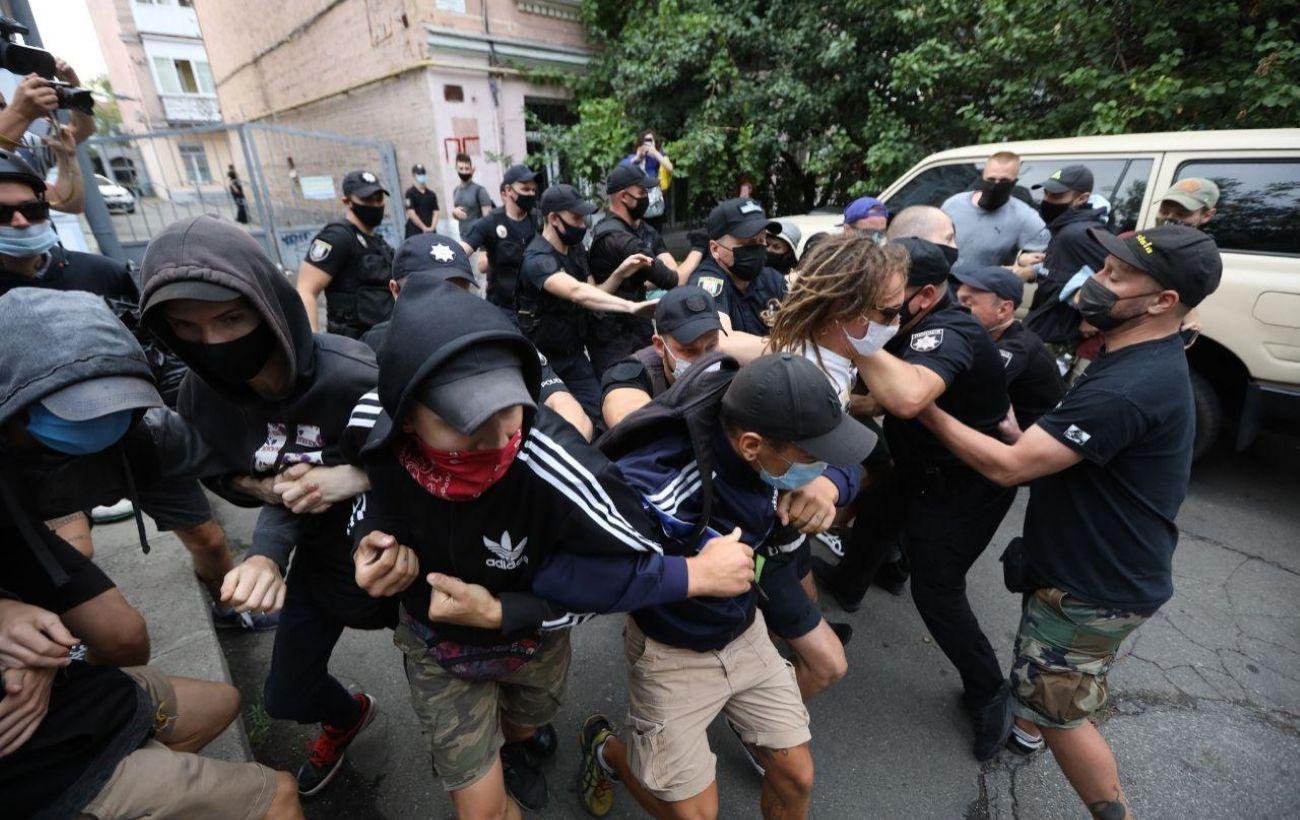 Под посольством Беларуси в Киеве начали жечь фаеры, двое задержанных