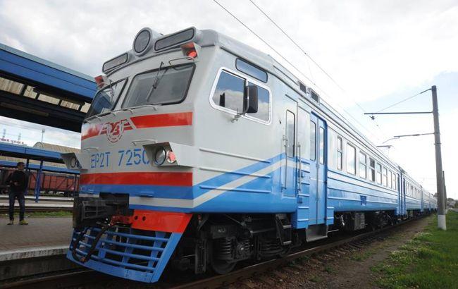 В Киеве мужчина пытался запрыгнуть в движущийся поезд: чуть не лишился жизни