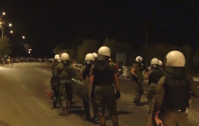 Пожежа в таборі для мігрантів у Греції: поліція зупинила натовп сльозогінним газом