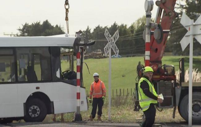 В Новой Зеландии школьный автобус столкнулся с поездом, пострадали 40 человек