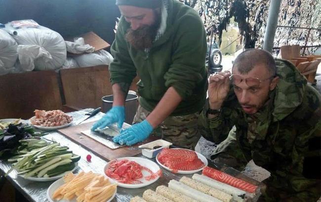 """""""Коли шеф-повар на війні"""": бійців Нацгвардії в АТО побалували делікатесами"""