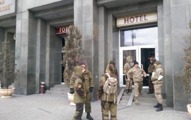 """Офіційна делегація покинула готель """"Козацький"""""""