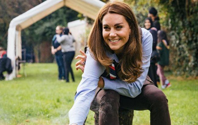 В узких джинсах и жилете: Кейт Миддлтон вышла в свет в новом комфортном образе