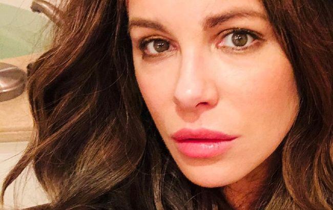 Слишком хороша: 47-летняя Кейт Бекинсейл поразила сеть молодым внешним видом