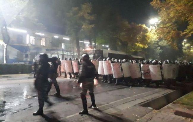 Спецтехника и шумовые гранаты: в Бишкеке силовики разгоняют демонстрантов