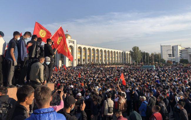 У центрі Бішкека почалися сутички протестувальників, чутні постріли