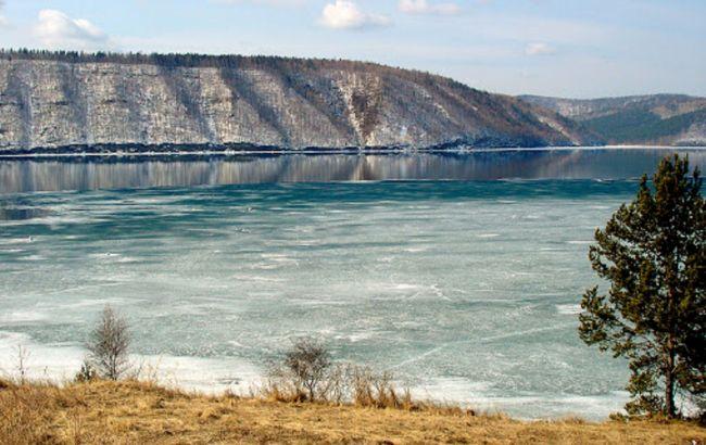 В России сотни литров нефти вытекло из баржи в реку