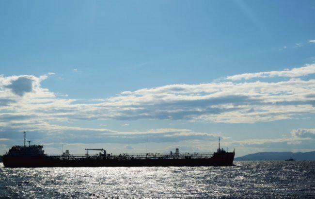 Потопаючий танкер РФ в Азовському морі відбуксирували, доля 3 членів екіпажу невідома