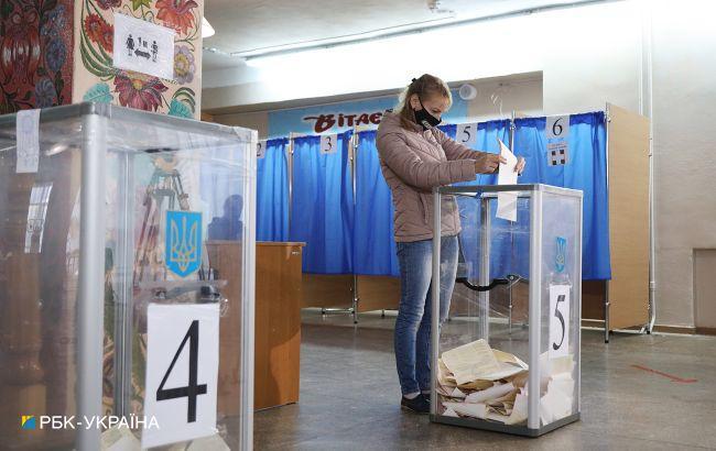 """Черги на дільницях, """"каруселі"""" і опитування Зеленського: як проходять місцеві вибори в Україні"""