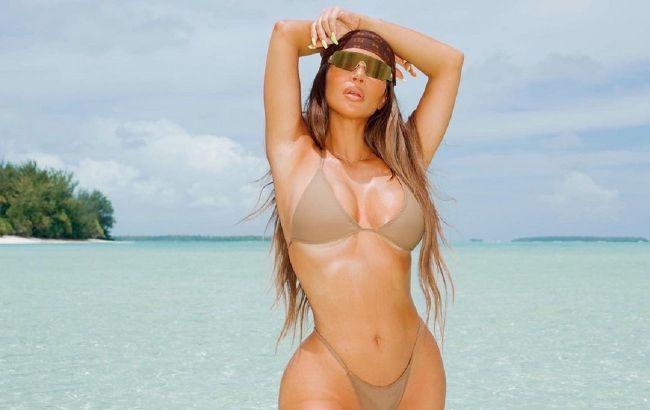 """И ей 40! Ким Кардашьян похвасталась совершенным телом в """"невидимом"""" бикини"""