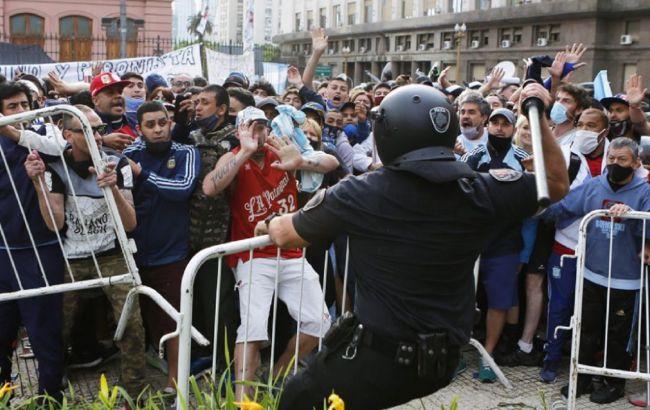 В Буэнос-Айресе прервали церемонию прощания с Марадоной из-за беспорядков